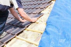 En roofer som lägger tegelplattan på taket Royaltyfria Foton