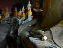 En ros ligger på buddhas ankel på en tempel i Ayutthaya Royaltyfri Bild