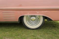 En rosa cadillac Arkivbild