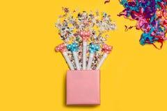 En rosa gåvaask med konfettier arkivbilder