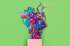 En rosa gåvaask med konfettier arkivfoton