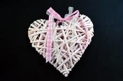 En rosa hjärta med en pilbåge Arkivfoto