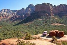 En rosa Jeep Tour på bruten pilslinga Royaltyfri Fotografi