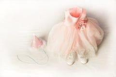 En rosa partiklänning för små barn, hatt och skor arkivbild