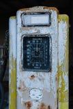 En rostig gammal gul bensinpump arkivfoton