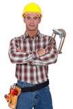 Rörmokaren med hans beväpnar korsat. Arkivfoto