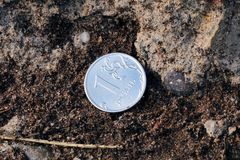 En rubel på jordningen royaltyfria bilder