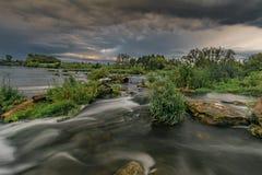 En rulle på sörjafloden Arkivbilder