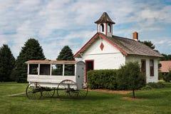 En rumskolhus med skolavagnen Arkivfoton