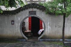 En rund dörr i Xidi, Kina arkivbilder