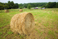 En rund höstack och lantgård på blåa Ridge Highway i North Carolina Royaltyfri Foto