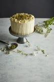 En rund kaka på cakestanden Royaltyfri Foto