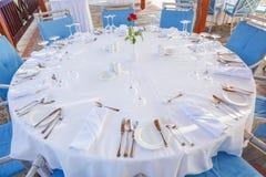 En rund tabell i restaurangen som tjänas som för 12 personer, sikt för Arkivbilder