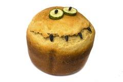 En runda att släntra av vetebröd Isolerat på vit Släntra av runt bröd med en skorpa i formen av ett leende ovanför sikt överkant arkivbilder