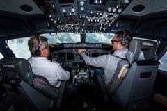En - ruttcockpitsikt 737-800 arkivbild
