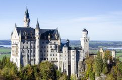 En rymlig panoramautsikt av en romantisk forntida slott namngav Neuschwanstein som lokaliserades i den Bayern Tyskland fotografering för bildbyråer