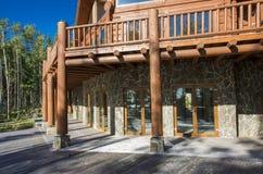 En rymlig terrass av ett trähus i en skog med stor vind Royaltyfri Bild
