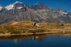 En ryttare på hästrygg nära Korundi sjöarna ÖvreSvaneti, Mestia, Georgia Hög Caucasian kant arkivfoto
