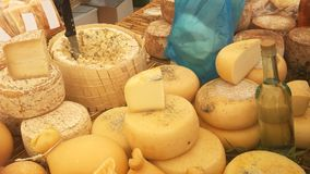En säljande tabell med kallad lokal ost Arkivfoto