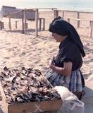 En säljare av den torkade fisken i en strand i den Portugal gästgivargården 80-tal arkivfoto