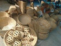 En säljare för bambuhemslöjdmodeller Royaltyfri Fotografi