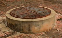 En södra indier stängde gammalt vatten väl i templet royaltyfri foto