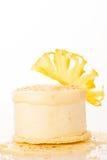 En söt ananaskaka som isoleras över vit bakgrund Arkivbild