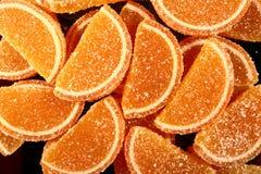 En söt efterrätt Marmeladskivor och gelébönor Stycken av söta lobules Arkivfoto