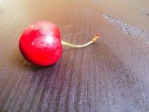 En söt körsbär på den wood tabellen Royaltyfri Fotografi