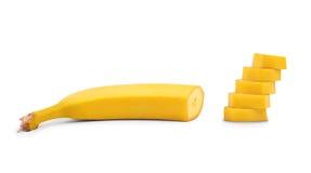 En sötsak skivad gul banan som isoleras på en vit bakgrund Organisk och rå snittbanan Healthful, tropiska och exotiska frukter arkivfoto