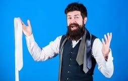 En s'habillant dans la cravate de costume ajoutez souvent le tiret de la saveur ? l'?quipement global Prise barbue de hippie d'ho images libres de droits