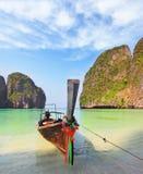 En sable bateau de touristes amarré Photo stock