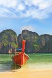 En sable bateau de touristes amarré, décoré de la guirlande de fleur Photos libres de droits