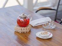 En saftig dryck från mogna jordgubbar och den röda vinbäret på en tabellbakgrund traditionell ceremonitea kopiera avstånd Royaltyfri Bild