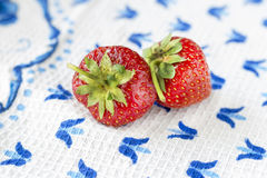 En saftig mogen jordgubbe ligger på en tabell Royaltyfri Foto