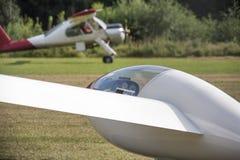 En sailplane och hans bogseraflygplan på ett flygfält Arkivbild