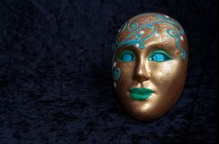 En sakral kuslig maskering ler royaltyfria foton