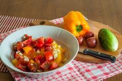 En sallad för ny grönsak casserole som lagar mat läckert home hemlagat recept royaltyfria foton