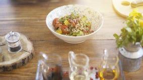 En sallad för nya grönsaker i en bunkeplatta på ett köksbord Royaltyfri Foto
