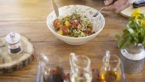 En sallad för nya grönsaker i en bunkeplatta på ett köksbord Fotografering för Bildbyråer