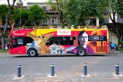 En-salto turístico del salto del autobús en Ciudad de México foto de archivo libre de regalías
