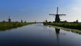 En samling av autentiska historiska väderkvarnar i Kinderdijk, Nederländerna Royaltyfri Fotografi