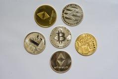 En samling av cryptocurrencymynt arkivfoto