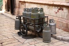 En samling av gasbehållare arkivbild