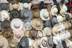 En samling av hattar som är till salu på en marknad i Luxor, Egypten Royaltyfria Foton