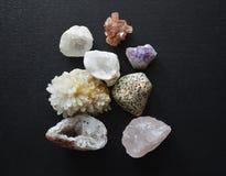 En samling av mineraliska Crystal Stones av olika färger och texturer Fotografering för Bildbyråer