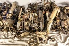 En samling av prothesis som tas bort från fångar på det Auschwitz-Birkenau statmuseet på Oswiecim i Polen Royaltyfri Foto