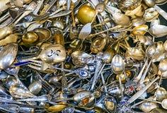 En samling av silvergafflar och skedar arkivbild