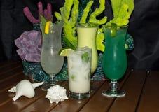En samling av vita tropiska drinkar för gräsplan och Royaltyfri Fotografi