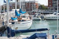 En samling av yachter i den Portsmouth hamnen Royaltyfri Fotografi